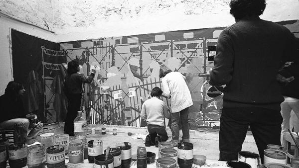 Collectif de peintres antifascistes painting a banner for a protest on May 1, 1976, directed against the government's policies towards the arts. | Photo source: Claude Lazar